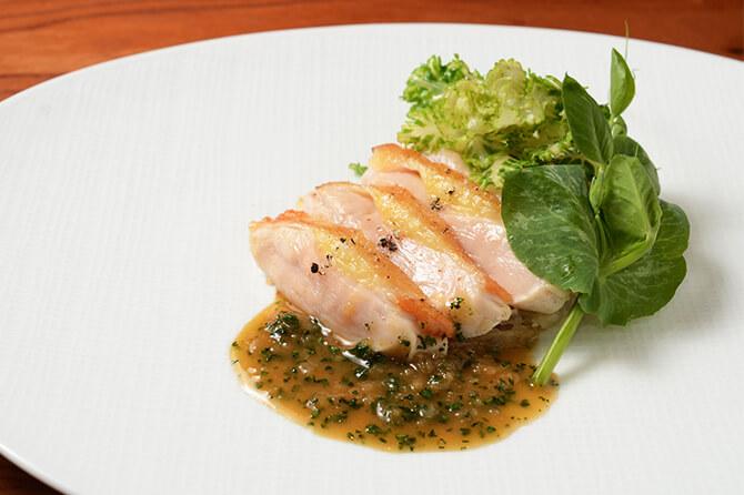 ソースの存在が光る料理に、フランス料理のエスプリが色濃く感じられる。辛口のロゼを合わせたい