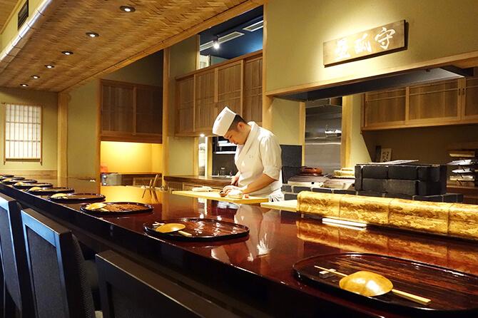 すべて見渡せる完全なオープンキッチンだからこそ、美しい仕事が求められる