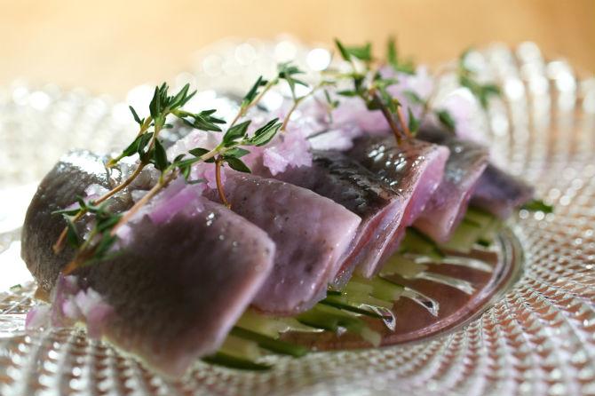 ビストロとはいえ、もちろん豊かな富山湾の食材は巧みにメニューに取り入れる。このイワシのレモンマリネ タイム風味(900円)は新鮮な魚を食べ慣れている地元の人にも人気で、毎日のようにメニューリストに載る
