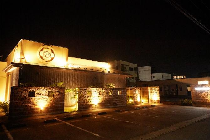 立派な店構えは『寿司栄』の中でも特別な存在感がある。国道41号線の市民病院前交差点から住宅街の中に入ったところにある