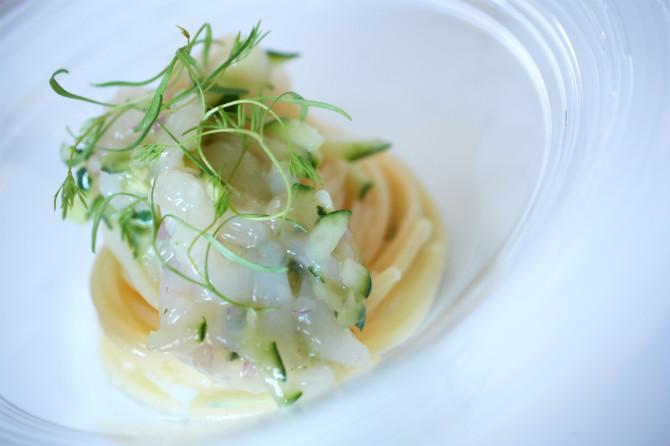 田中シェフが子供の頃によく食べたという白エビとキュウリの組み合わせを冷製パスタに。