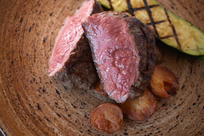 シェフの得意料理の一つが、炭火焼。じっくりと丁寧に焼き上げられたブラウンスイス牛サーロインの炭火焼。通常はジャージー牛だが、運が良ければブラウンスイス牛にめぐり逢えるかも