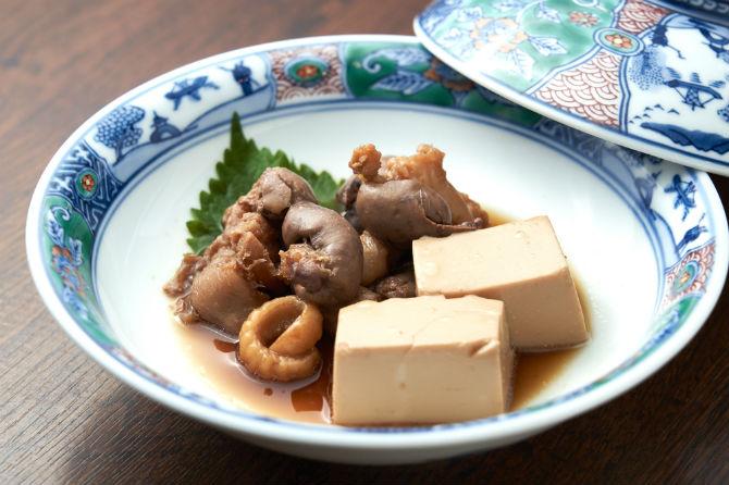 肝や胃袋、コラーゲンの多い腹身を酒や砂糖を使わず、醤油で炊いた、肝煮漬け800円。地元の漁師炊きと言われる調理法だ。
