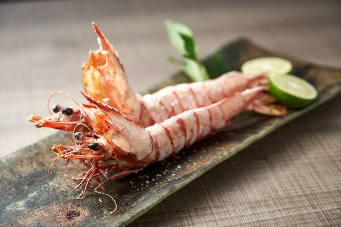 赤足海老の炭火焼き880円。皮がやわらかい赤足海老は皮ごといただける。炭火で炙った香ばしさと身の甘さが魅力。
