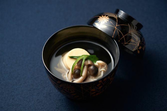 椀物。卵豆腐を丸くかたどった満月豆腐、ぶなしめじ、ツルナ、松葉柚子のすまし汁。秋草の蒔絵の椀が美しい。3,900円の雪コースから。