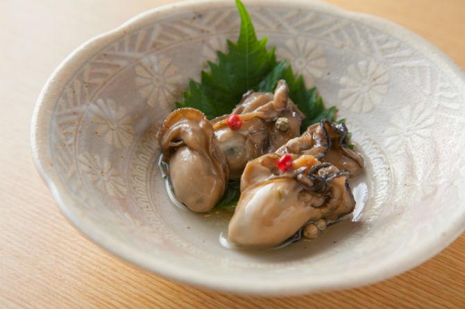 カキのオイル漬けは500円。牡蠣は、乾煎りして火が通ったら、だしと醤油とみりんで作ったつけだれに1時間ほど漬けたのち取り出して、米油の入った保存便でオイル漬けにしたもの