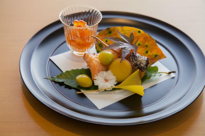 焼き物八寸は、季節によって乗る魚が変わる。この日は、いくらのみぞれ和え、サーモンの味噌夕庵焼、京生麩の田楽、サツマイモ(丸十)のスダチ煮、菊花蕪、銀杏といった秋らしい仕立て