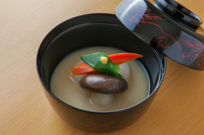 お椀は、白みそ仕立てで、小蕪、ダイコクシメジ、金時ニンジン、つる菜にうき辛子