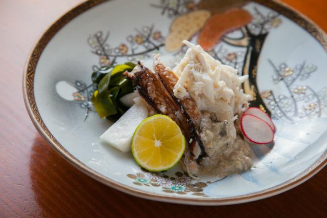 渡りがに 身だけ酢は、2,000円。たっぷりとほぐしたワタリガニをシンプルに土佐酢で