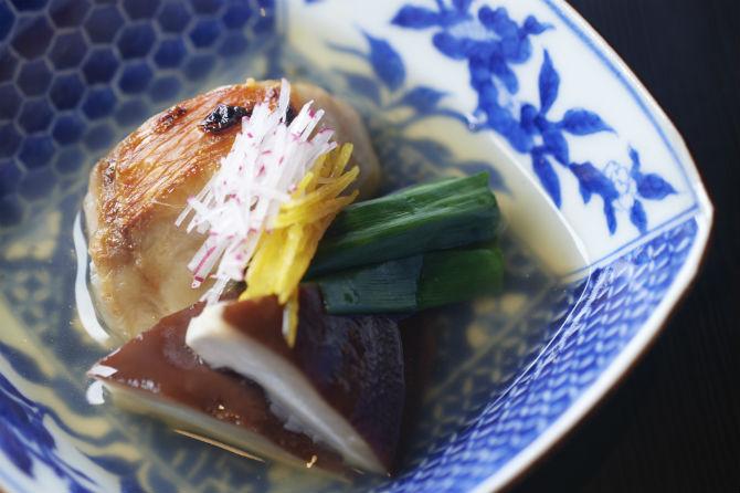 焼物。鯛の骨からとっただしを使って、金目鯛の炭火焼のなんば仕立て。能勢の原木しいたけ、難波葱
