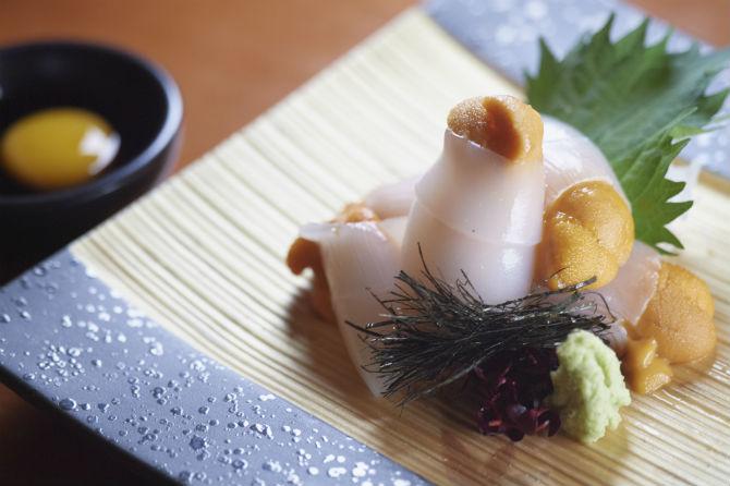 イカのウニ巻つくり3,240円。ウニを巻いた剣先イカをぎざみ海苔とともに、黄身醤油でいただく。うまみを重ねた、まったりと濃厚な味わい