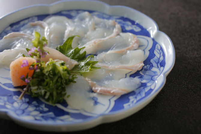 大分産イシガレイの薄造り。カレイの甘味と食感を実感できる。夜の13,000円の季節会席から