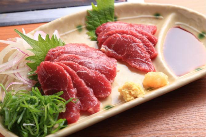 馬刺し(赤身)は890円。赤身以外にフタエゴ(バラ部分の3層肉でわずかしか取れない希少部位)も