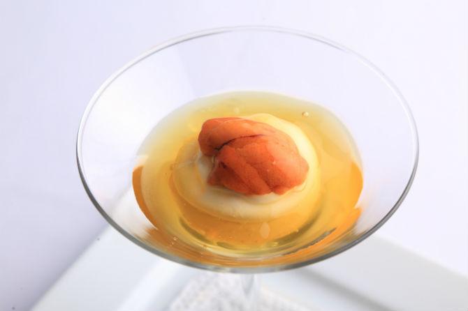 7,500円のコースの最初に提供される「甘い人参のスプーマ コンソメのゼラティーナ 北海道産生うに添え。年中通しでの人気メニュー