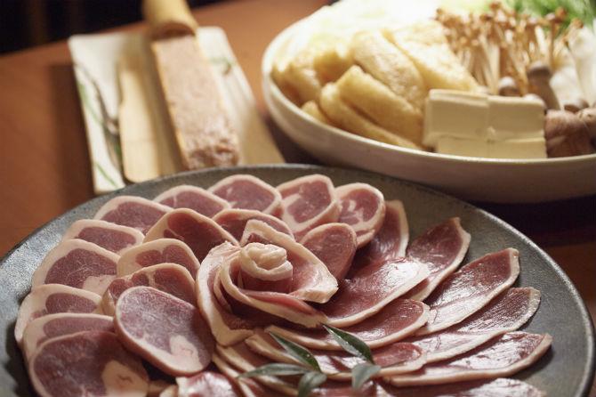 京鴨鍋は1人前3,200円(税別)。京鴨と九条葱の焼きしゃぶ(1人前税別2,500円)も人気。コースでもオーダー可
