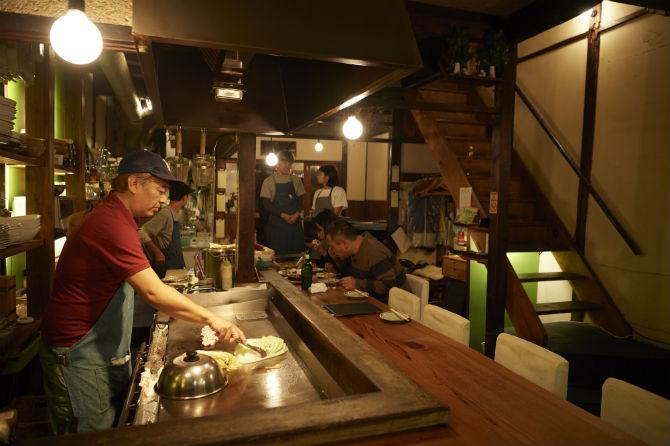 鉄板前が寺田さんの定位置。1階はカウンターとテーブル、2階にもテーブル席が
