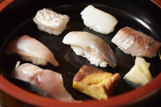 寿司盛り合わせはこれで2,000円。この日はツバス、甲イカ、イワシ、太刀魚、サワラ、アジおよび鯖のきずし