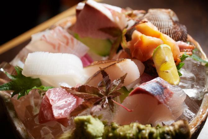 造り盛合せは、この日の内容で税別2,200円(※中身や価格は日によって変動あり。)この日は鯛、アオリイカ、ツバス、ブリ、赤貝、マナガツオの炙りという7種類
