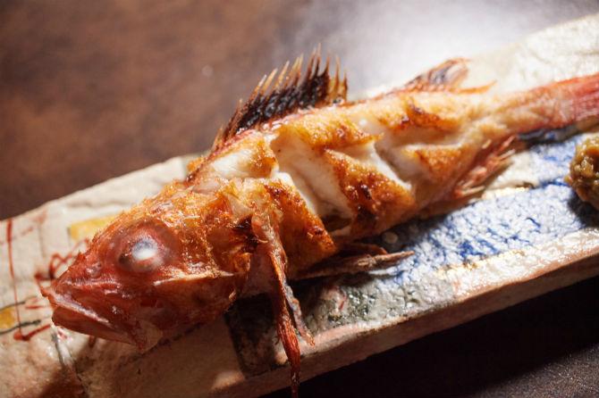 瀬戸内の魚が中心ではあるが、良質な食材なら他の地域のものも使う。この北海道産のきんきは塩焼きで、この日のものなら2,400円(税別)