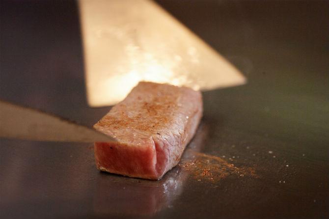 肉の断面すべてに蓋をし、徹底的に肉の旨みと肉汁を閉じ込める6面焼き。肉の状態を見極めて、慎重に火入れがなされる
