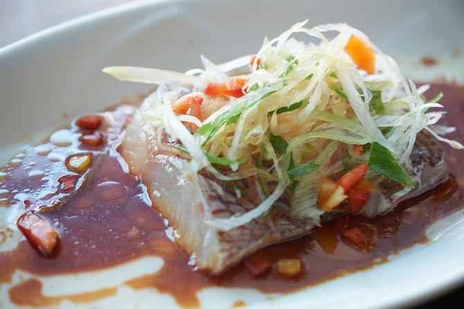 コース(7,000円・税込み・2人前からのオーダー)の中からの一品。魚の香港風醤油蒸し。この日は鯛を使用 ※以下コース料理と説明があるものは7,000円のコースから