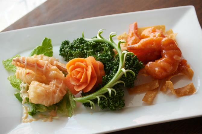 一つの皿に2種類のエビ料理が楽しめるエビチリとエビマヨネーズもコースの中の一品