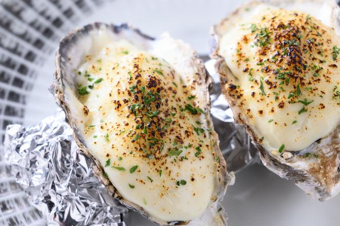 ニューオータニで19世紀末に生まれたという伝統的牡蠣料理であるオイスターロックフェラーは2個で920円。こちらではホウレンソウとベーコンを使った牡蠣のグラタン風に仕立ててある