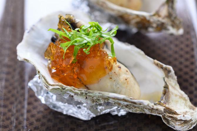 牡蠣のタタキ ポン酢ジュレ800円(※以下すべて税別)。ボイルしてから炙った牡蠣にポン酢ジュレとルッコラを刻んだものを乗せて。この一口で「健牡蠣」のクオリティがわかる一品