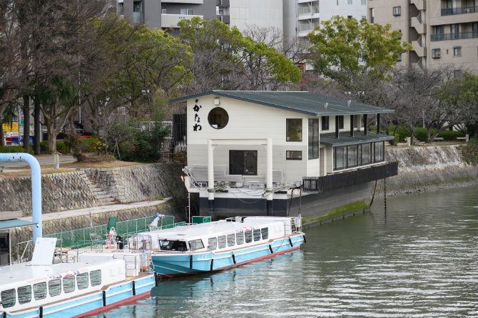 平和記念公園の正面、元安川にかかる元安橋のたもとに浮かぶのがこの、かき船『かなわ』だ