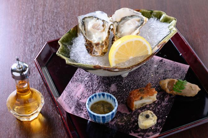 かき八寸。生牡蠣(先端)、牡蠣の佃煮、牡蠣のさつま揚げ、牡蠣の塩辛、牡蠣チーズからなる。※料理写真はすべて「かきの喰い切りコース」12,000円(税別)から