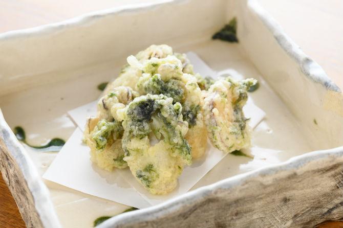 地元・広島では有名な丸徳海苔の焼きのりを天粉に入れた牡蠣の磯部揚げは690円。相性の良い組み合わせで、磯の香りが口中に広がる