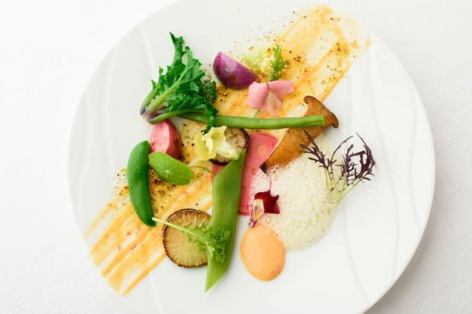 動物性の食材を一切使わずに野菜の旨みが味わえるヴィーガンサラダ。野菜はだいたい15種類程度が一皿に。ソースも豆乳ベースの自家製マヨネーズとなっている