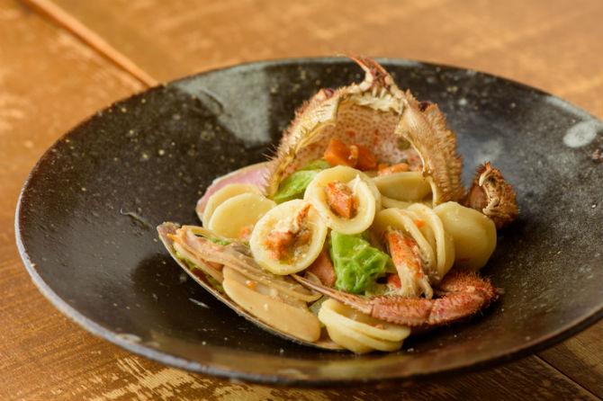ある日のカニのオレキエッテ。その時季によってカニは毛ガニやズワイガニなど様々。シンプルにアーリオオーリオで。貝はマンジュガイを使用。この日は1,600円