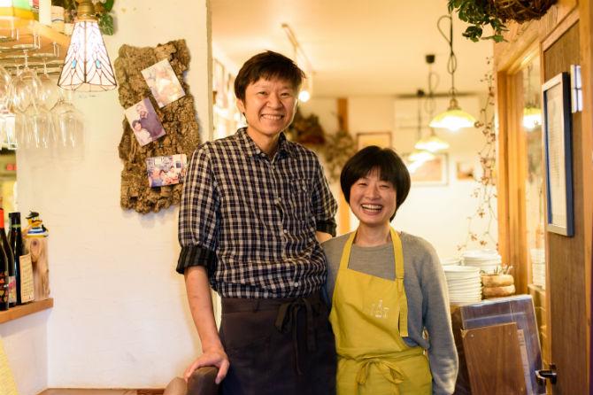 お店を切り盛りする佐藤さんご夫妻。優しいご主人と明るい奥様のベストパートナー