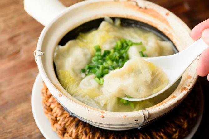 もちろん北京ダックだけでなく、こんなほっとする料理も。鶏白湯炊き餃子は880円