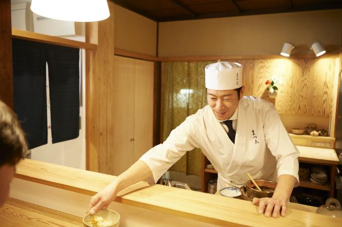 店主の松室克哉さん。最近は麺に合わせた少し雑味のあるだしの取り方も研究中